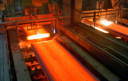 Gas snijden van het hete metaal in een fabriek Stockfoto