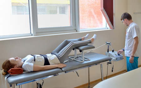 alargamiento: el tratamiento de alargamiento de los dolores de espalda baja con el instructor