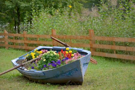 公園の花と装飾ボート