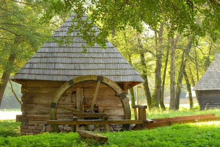 molino de agua: Molino de agua viejo de la vendimia en el otoño de tiempo