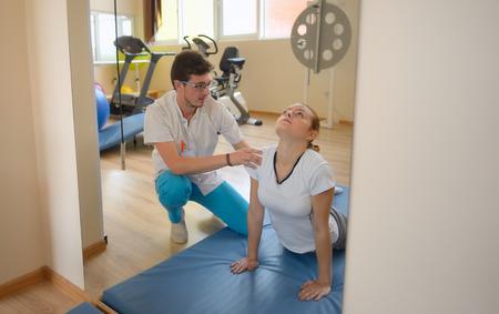 elongacion: el tratamiento de alargamiento de los dolores de espalda baja con el instructor