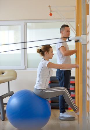 elongacion: el tratamiento de alargamiento de los dolores de espalda baja Foto de archivo