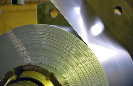 metales: bobina de acero galvanizado en la planta siderúrgica