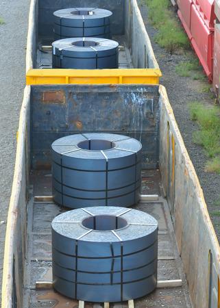 bobina: plataforma del tren de carga de acero con papel visto desde arriba
