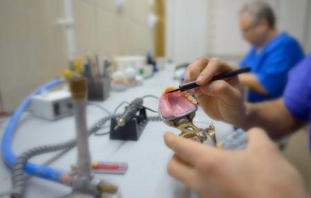 Close-up van tandtechnicus in laboratorium Stockfoto