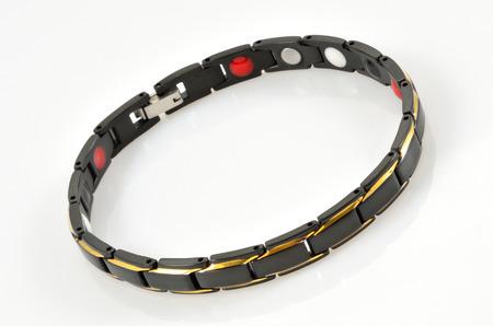 Bracelet magnétique noir sur table blanche Banque d'images - 74705767
