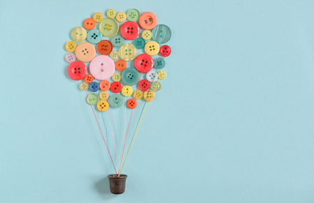 Concept Hot air balloon from colorful sewing buttons  Banque d'images