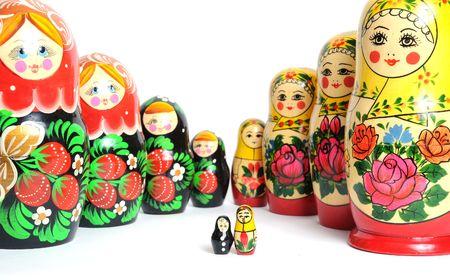 Russische Puppe auf dem weißen Hintergrund festlegen