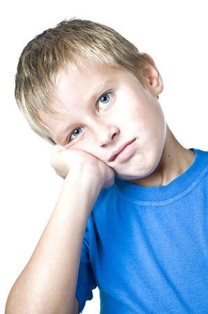 Junger Mann mit einem versonnen Ausdruck nachschlagen