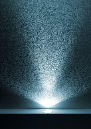 Blue Light Balken aus Projektor auf schwarzen Hintergrund