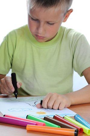 Kaukasische junge Zeichnung auf Papier mit Buntstiften