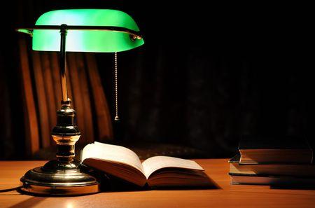 Elektrische grün Tischlampe und geöffneten Buch