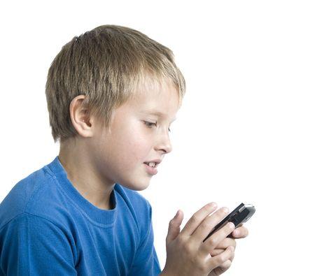 Junge, die Zeit zu sehen auf Zellen, und senden Sie Sms-Spaß