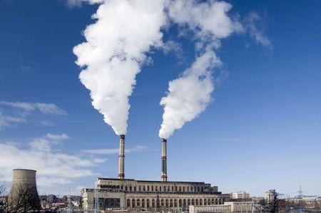 Kraftwerk, die Herstellung von weißen Rauch gegen einen blauen Himmel