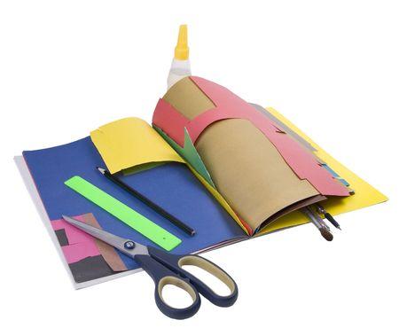 Schulmaterialien Schere Klebstoff Kompasse Quaste Bleistift Lineal auf farbigem Papier auf weiß