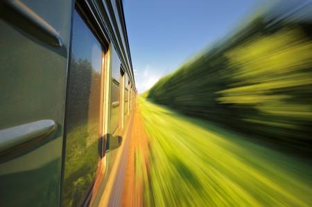 Schnell Reiten ein Zug-Passagier mit Motion blur