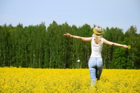 glücklich junge Frau steht auf einer Blume-Feld