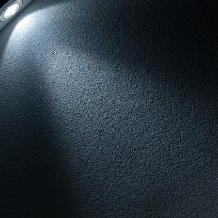 Blaue Lichtstrahl von Projektor auf schwarzem Hintergrund