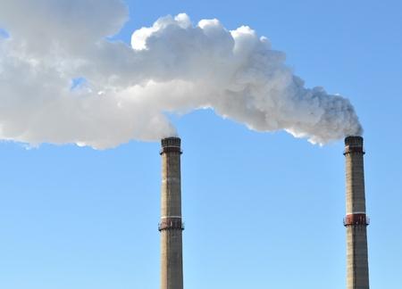 industrielle rauch schornstein auf blauer Himmel