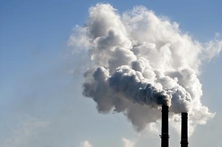 contaminaci�n de aire: industrial humo de la chimenea en cielo azul