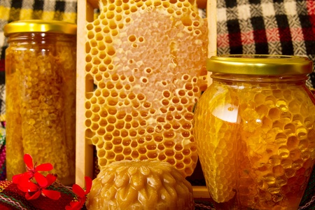Jars of honey and honeycomb 版權商用圖片