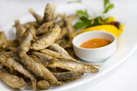 sardinas: El pescado frito con mariscos frescos espadín Buena souce Foto de archivo