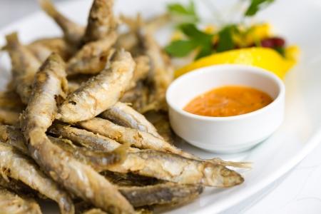 pescado frito: El pescado frito con mariscos frescos espadín Buena souce Foto de archivo