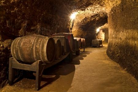 Ein alter Weinkeller mit Eichenfässern