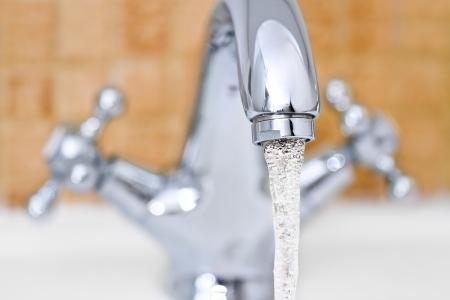 Lavello cromato dal design moderno in bagno