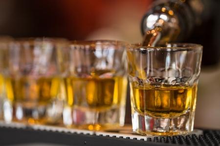 alcool: Barman fait boissons shot de whisky en ligne tirs alcoolis�es en discoth�que