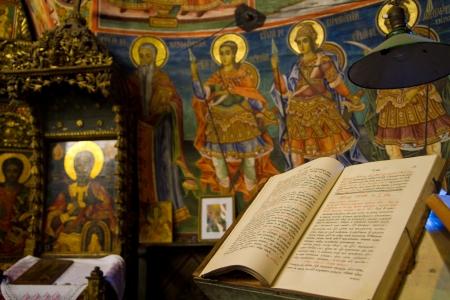 이전 제단에 고대의 성경 에디토리얼