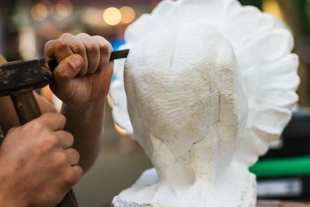 Junger Kursteilnehmer bei der Arbeit lernen Handwerker Beruf in der Kunst-Klasse, der mit Hammer arbeitet auf Carving Stein-Statue aus weißem Stein Standard-Bild - 43854115