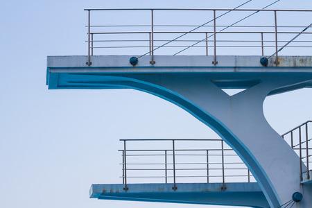 springboard: plataforma de buceo de la cara con un cielo azul
