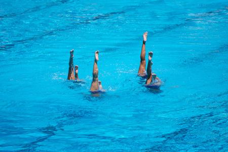 natación sincronizada: Las mujeres del equipo nacional de natación sincronizada rendimiento