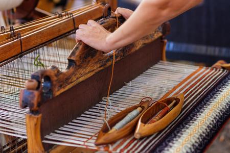 Une image gros plan d'un vieux métier à tisser et le fil de laine.