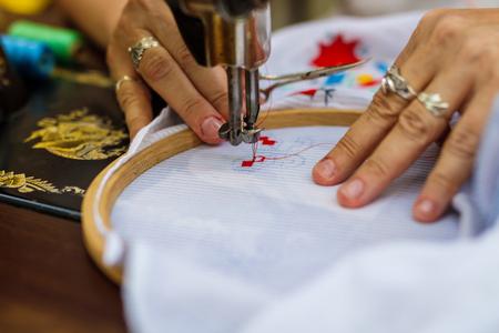 Textile Stickmaschine. Maschinenstickerei wird verwendet, um Muster auf Textilien zu schaffen.