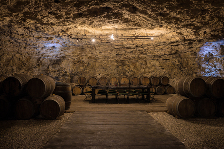 레드 와인으로 가득한 오크통과 오래된 와인 셀러