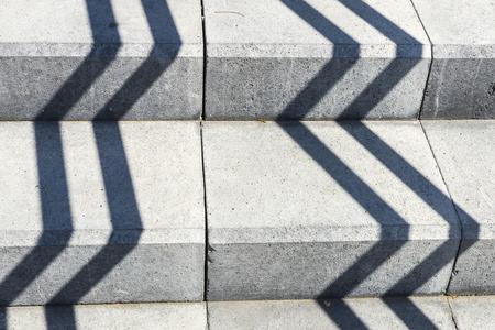lineas rectas: Sombras en l�neas rectas en una escalera de piedra gris