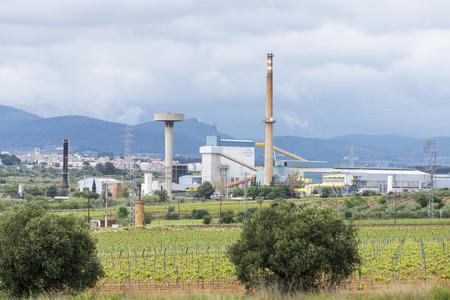 industrial park: vigneti della zona coesistono con un parco industriale in Catalogna Editoriali