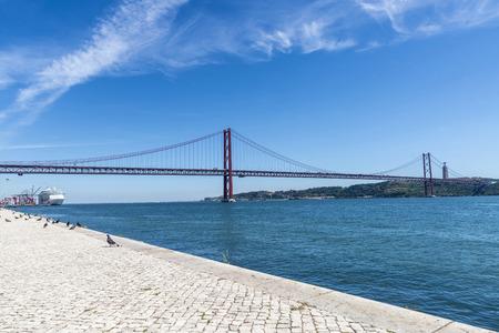 rei: Bridge 25 April on Tagus river and Cristo Rei, the statue of Jesus, in Lisbon, Portugal