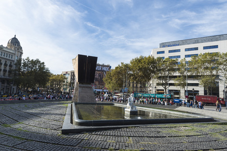 francesc: Barcelona, Spain - October 17, 2014: Placa Catalunya and the back of the monument to Francesc Macia. At the back, a long queue of tourists take a sightseeing bus