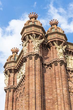 主なアクセスはマイク作品建築家ジョセップの 1888 バルセロナ世界フェアのゲート、凱旋門が建てられました。Neomudejar スタイルの赤レンガでアーチを構築します。