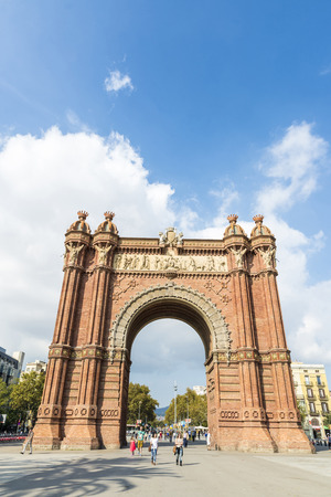 バルセロナ, スペイン - 2014 年 10 月 29 日: 歩き回っている人々 と凱旋バルセロナのパノラマ ビュー。主なアクセスはマイク作品建築家ジョセップの 1888 バルセロナ世界フェアの門として建てられました。赤みを帯びた brickwo のアーチを構築します。