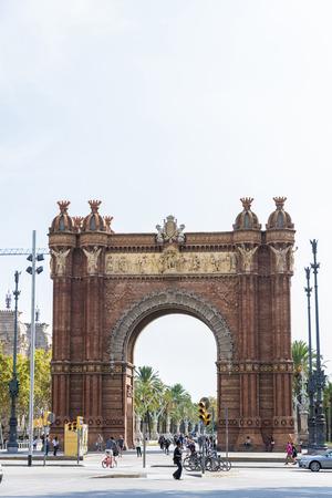 バルセロナ, スペイン - 2014 年 10 月 29 日: 歩き回っている人々 と凱旋バルセロナのパノラマ ビュー。主なアクセスはマイク作品建築家ジョセップの 1888年バルセロナ世界フェアの門として建てられました。赤みを帯びた brickwo のアーチを構築します。