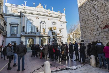 Figueres, Spagna - 30 dicembre 2014: Dali Museum in Figueres. Museo è stato inaugurato il 28 settembre 1974 e le case più grande collezione di opere di Salvador Dali. Ingresso del Museo Dali nella piazza chiamata Gala-Salvador Dalí con dettaglio del monumento
