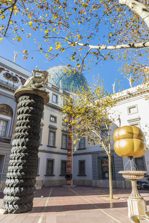 Figueres, Spagna - 30 dicembre 2014: Dali Museum in Figueres. Museo è stato inaugurato il 28 settembre 1974 e le case più grande collezione di opere di Salvador Dali. Plaza sul lato del museo di Dalì con diverse opere in Figueres, Catalogna, Spagna Editoriali