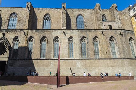 フォア グラウンドでの Fossar ・ デ ・ レ Moreres とサンタ・マリア ・ デルマーのバルセロナ, スペイン - 2014 年 4 月 7 日: 側ファサード。この場所は埋
