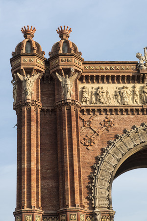 主なアクセスはマイク作品建築家ジョセップの 1888年バルセロナ世界フェアのゲート、凱旋門が建てられました。Neomudejar スタイルの赤レンガでアーチを構築します。