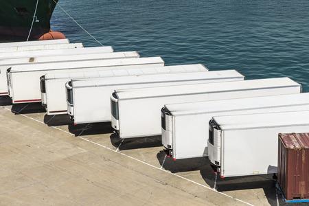 transport: Kontenery chłodnie czeka na pokład w porcie w Barcelonie, Katalonia, Hiszpania