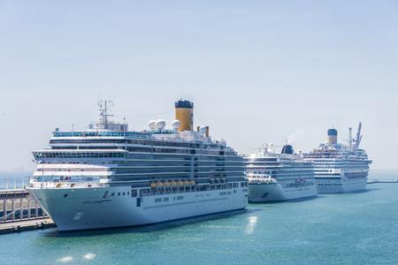 barcelone: Barcelone, Espagne - 2 mai 2015: Trois bateau de croisi�re amarr� au terminal de croisi�re � Barcelone, Catalogne, Espagne